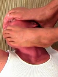 Video: Alpha male gets his bare feet worshipped