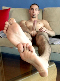 Video: Italian straight guy shows bare feet