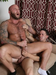 Video: hung straight dude fucks a bald guy