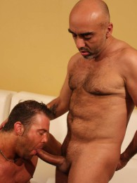 Video: fat-dicked daddy gets bare fucked