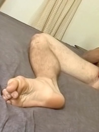 Video: athletic boy Scotty shows off his smooth feet