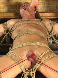 Video: muscle boy Chris at roped studs