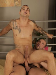 Video: muscle hunk raw fucks inked bottom